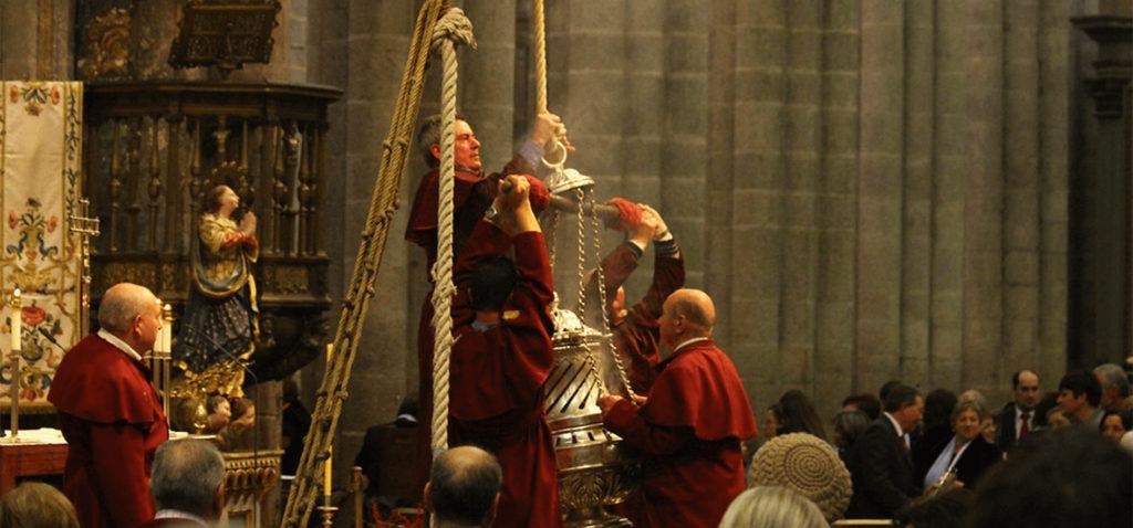 Tiraboleiros preparing the Botafumeiro.